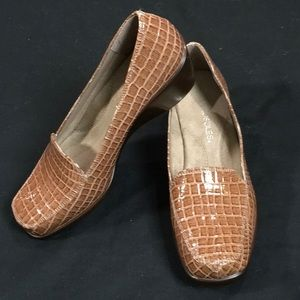 AEROSOLES SMALL WEDGE LOAFER